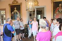 Museumsführerin Andrea Rohrmann (M. rosa) zeigt der Gruppe der Leser-Radtour das Jagdschloss Kranichstein