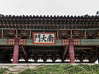 Stadttor in Kaesong, Nordkorea, Asien, UNESCO-Weltkulturerbe<br /> Old city gate in Kaesongl, North Korea, Asia. world heritage