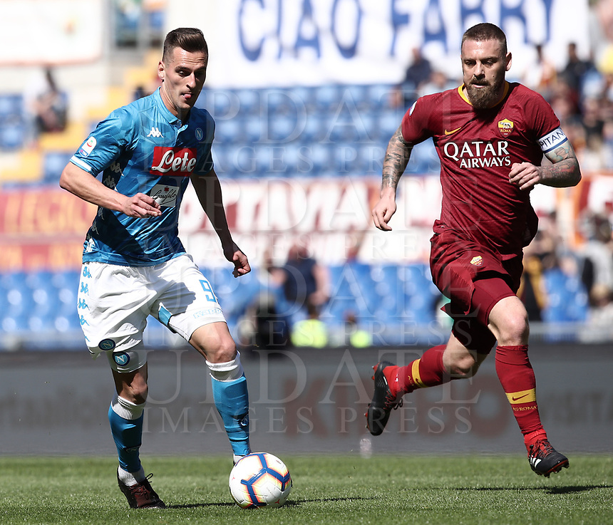 Football, Serie A: AS Roma - SSC Napoli, Olympic stadium, Rome, March 31, 2019. <br /> Napoli's Arkadiusz Milik (l) in action with Roma's captain Daniele De Rossi (r) during the Italian Serie A football match between Roma and Napoli at Olympic stadium in Rome, on March 31, 2019.<br /> UPDATE IMAGES PRESS/Isabella Bonotto