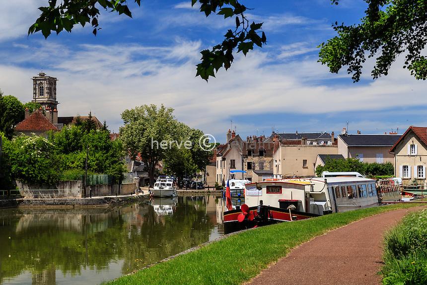 France, Nièvre (58), Clamecy, le port fluvial sur le canal du Nivernais // France, Nievre, Clamecy, the river port on the Canal du Nivernais