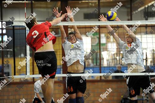 2013-09-28 / Volleybal / seizoen 2013-2014 / Herenthout - Lommel / Janssen (Lommel) smasht. Woestenborghs en Cloots (r.)<br /><br />Foto: Mpics.be