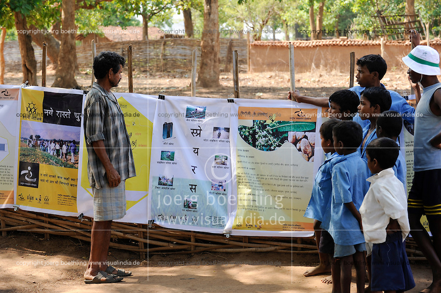Indien Chhattisgarh , Dorf Sargipal, links: Bauer Tanadi , Prof. Anil Gupta und sein Team von SRISTI erforschen lokales Wissen, Biodiversitaet und Erfindungen der lokalen Bevoelkerung auf der Shodh Yatra einer Wandertour durch Adivasi Doerfer in der Bastar Region / India Chhattisgarh, Prof. Anil Gupta and his NGO SRISTI discover on the walk Shodh Yatra local knowledge and inventions in the tribal region of Bastar, left: farmer Tanadi