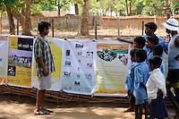 Indien Chhattisgarh , Dorf Sargipal, links: Bauer Tanadi , Prof. Anil Gupta und sein Team von SRISTI erforschen lokales Wissen, Biodiversitaet und Erfindungen der lokalen Bevoelkerung auf der Shodh Yatra einer Wandertour durch Adivasi Doerfer in der Bastar Region / India Chhattisgarh, Prof. Anil Gupta and his NGO SRISTI discover on the walk Shodh Yatra local knowledge and inventions in the tribal region of Bastar, left: farmer Tanadi