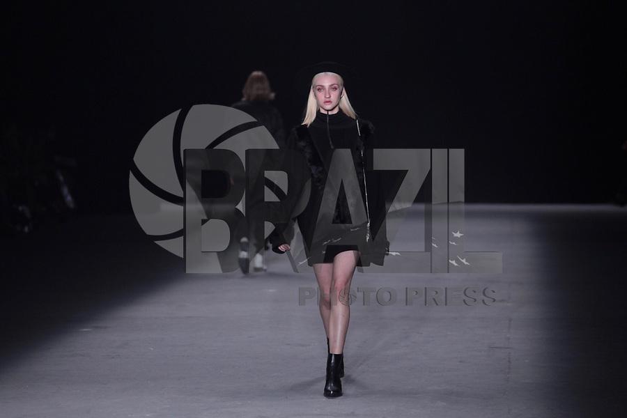 SAO PAULO, SP, 26.04.2019 - MODA-SP -Modelo durante desfile da marca Ratier durante a edição 47 da São Paulo Fashion Week, no espaço Arca, na zona oeste de São Paulo, nesta sexta-feira, 26. (Foto: Ciça Neder / Brazil Photo Press / Folhapress)