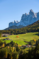 Italy, South Tyrol (Trentino-Alto Adige), Val di Funes, near San Pietro: farmhouses and mountains Gruppo delle Odle at Puez-Geisler Nature Park | Italien, Suedtirol (Trentino-Alto Adige), Villnoesstal: Bauernhoefe bei St. Peter vor der Geislergruppe im Naturpark Puez-Geisler