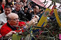 """2012.07.08 - TANABATA MATSURI - FESTIVAL DAS ESTRELA - O candidato a prefeitura de São Paulo Josse Serra coloca desejos em arvore dos sonhos visita na tarde deste domingo(08), o tradicional Festival das Estrelas """"Tanabata Matsuri"""" que acontece na da Praça da Liberdade bairro japones de São Paulo. (Fotos: Amauri Nehn/Brazil Photo Press)"""