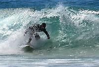 RIO DE JANEIRO, RJ, 14.03.2016 - CLIMA-RJ - Surfistas são vistos na praia do Diabo no Forte de Copacabana na zona sul da cidade do Rio de Janeiro nesta segunda-feira, 14. (Foto: Humberto Ohara/Brazil Photo Press)