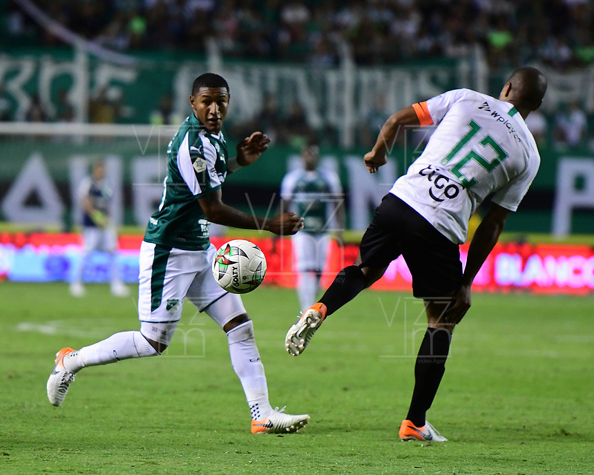 PALMIRA - COLOMBIA, 21-08-2019: Juan Camilo Angulo del Cali disputa el balón con Alexis Henriquez de Nacional durante partido entre Deportivo Cali y Atlético Nacional por la fecha 7 de la Liga Águila II 2019 jugado en el estadio Deportivo Cali de la ciudad de Palmira. / Juan Camilo Angulo of Cali vies for the ball with Alexis Henriquez of Nacional during match between Deportivo Cali and Atletico Nacional for the date 7 as part Aguila League II 2019 played at Deportivo Cali stadium in Palmira city. Photo: VizzorImage / Nelson Rios / Cont