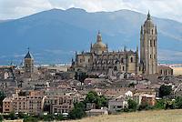 Kathedrale von Segovia: SPANIEN, KASTILIEN LEON, SEGOVIA, 22.07.2008: Kathedrale von Segovia Architektur, Bauwerk, Europa, Kirche,  historisch, Mittelalter, mittelalterlich, Weltkulturerbe, Stadtansicht, Gebaeude, im Hinterghrund die Sierra de Guaderama,.c o p y r i g h t : A U F W I N D - L U F T B I L D E R . de.G e r t r u d - B a e u m e r - S t i e g 1 0 2, .2 1 0 3 5 H a m b u r g , G e r m a n y.P h o n e + 4 9 (0) 1 7 1 - 6 8 6 6 0 6 9 .E m a i l H w e i 1 @ a o l . c o m.w w w . a u f w i n d - l u f t b i l d e r . d e.K o n t o : P o s t b a n k H a m b u r g .B l z : 2 0 0 1 0 0 2 0 .K o n t o : 5 8 3 6 5 7 2 0 9. V e r o e f f e n t l i c h u n g  n u r  m i t  H o n o r a r  n a c h M F M, N a m e n s n e n n u n g  u n d B e l e g e x e m p l a r !...