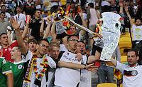 FUSSBALL  EUROPAMEISTERSCHAFT 2012   VORRUNDE Deutschland - Portugal          09.06.2012 Deutsche Fans mit EM Pokal aus Pappe