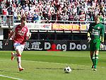 Nederland, Alkmaar, 25 maart 2012.Eredivisie.Seizoen 2011-2012.AZ-RKC Waalwijk (0-1).Johann Berg Gudmundsson van AZ baltr zijn vuist nadat hij een doelpunt heeft gemaakt, 1-0. Rechts Jeroen Zoet, keeper (doelman) van RKC