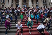 """Berlin, Tanzprojekt Kartoffelrevolution, am Montag (29.04.13), anlässlich des Welttanztages erinnern 300 Berliner Kinder und Jugendliche in einer einstündigen Performance an die """"Kartoffelrevolution"""" von 1847. Auf die heutige Zeit bezogen wollen sie damit  ein Zeichen gegen Kinderarmut und soziale Missstände setzen. Foto: Maja Hitij/CommonLens"""