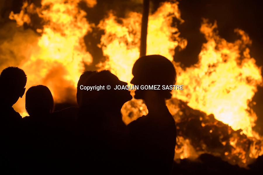 23 JUNIO 2008 SANTANDER Los jovenes disfrutan con la hoguera de San Juan en la playa del Sardinero..foto JOAQUIN GOMEZ SASTRE