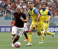 Calcio, Serie A: Roma vs ChievoVerona. Roma, stadio Olimpico, 8 maggio 2016.<br /> Roma's Radja Nainggolan, left, is chased by ChievoVerona's Fabrizio Cacciatore, during the Italian Serie A football match between Roma and ChievoVerona at Rome's Olympic stadium, 8 May 2016.<br /> UPDATE IMAGES PRESS/Isabella Bonotto
