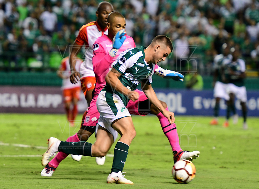 CALI -COLOMBIA ,30-10-2018:Nicolas Benedetti (Der.) jugador del Deportivo Cali  de Colombia disputa el balón con Robinson Zapata (Izq.) jugador  del Independiente Santa Fe  de Colombia durante partido por los cuartos de final vuelta  de La Copa Conmebol Sudamericana 2018,jugado en el estadio Deportivo Cali  de la ciudad de Palmaseca./Nicolas Benedetti (R) Player of Deportivo Cali of Colombia disputes the ball with Robinson Zapata (Left) player of Independiente Santa Fe  of Colombia during second game for the quarter finals of the Conmebol Sudamericana Cup  2018, played at the Deportivo Cali  stadium in Palmaseca  city. Photo: VizzorImage/ Nelson Rios  / Contribuidor