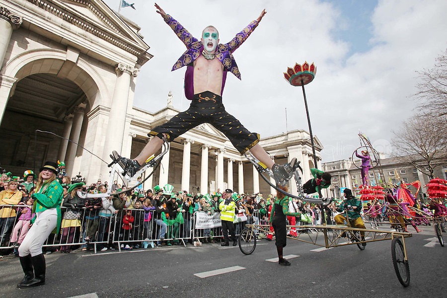 17/3/2011. ST PATRICKS DAY DUBLIN. Scene from the Dublin St Patricks Day Parade, floats go by the Bank of Ireland on College Green. Picture James Horan/Collins Photos
