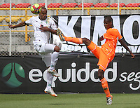 BOGOTA -COLOMBIA, 10 -AGOSTO-2014. Elvis Gonzalez  ( I) de La Equidad  F.C. disputa el balón con Nelson Lemus  ( D ) del Envigado FC  durante partido de la  cuarta  fecha  de La Liga Postobón 2014-2. Estadio Metroplitano de Techo . /  Elvis Gonzalez   (L) of Equidad FC    fights for the ball with Nelson Lemus  of Envigado FC   during match of the 4th date of Postobon  League 2014-2. Metroplitano de Techo Stadium. Photo: VizzorImage / Felipe Caicedo / Staff