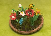 Kinder basteln Frühjahrsblumen aus Knete, Bastelei, Verschiedene Blumen (Hyazinthe, Tulpe, Narzisse, Osterglocke u.a.) auf Tonteller, zusätzlich mit Moos dekoriert
