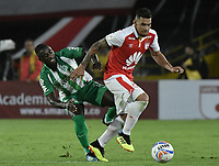 BOGOTÁ - COLOMBIA, 28-07-2018: Yeison Gordillo (Der.) jugador de Santa Fe disputa el balón con Deiver machado (Izq.) jugador del Nacional durante el encuentro entre Independiente Santa Fe y Atlético Nacional por la fecha 2 de la Liga Águila II 2018 jugado en el estadio Nemesio Camacho El Campin de la ciudad de Bogotá. / Yeison Gordillo (R) player of Santa Fe struggles for the ball with Deiver machado (L) player of Nacional during match between Independiente Santa Fe and Atletico Nacional for the date 2 of the Aguila League II 2018 played at the Nemesio Camacho El Campin Stadium in Bogota city. Photo: VizzorImage/ Gabriel Aponte / Staff