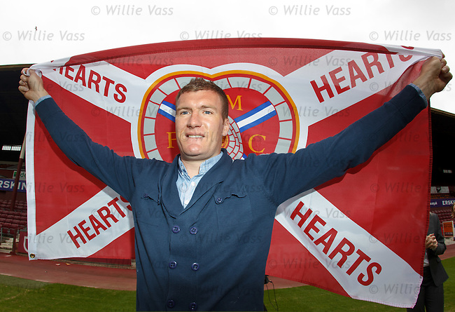 Kevin Kyle signs for Hearts