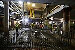 UTRECHT - In het centrum van Utrecht is BAM Nieuwbouw Hoog Catharijne begonnen met het bouw van de laagste betonkelder van de 15 meter diepe parkeergarage Vredenburg. De garage is opgebouwd door het telkens opnieuw storten van een betonnen dek waarna de onderliggende grond werd verwijderd, de vloer plafond werd, en een nieuwe dakplafond werd gestort. Om opdrijven te voorkomen is de betonnen vloer 1 meter dik, maar daar waar de parkeergarage onder de nog aan te leggen gracht komt te liggen, is deze 2 meter dik. Het door OeverZaaijer architectuur en stedebouw ontworpen complex wordt 35.000 m2 groot en moet ruimte gaan bieden aan 1.300 parkeerplaatsen. De vijflaags parkeergarage moet in 2019 klaar zijn. BAM Nieuwbouw Hoog Catharijne bestaat uit BAM Utiliteitsbouw en BAM Civiel. COPYRIGHT TON BORSBOOM