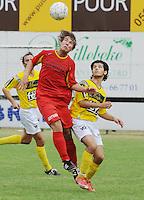 SC Wielsbeke - Cappellen FC..kopbal van Mike Van Der Linden voor de toekijkende Nasreddine Hariti (rechts)..foto VDB / BART VANDENBROUCKE