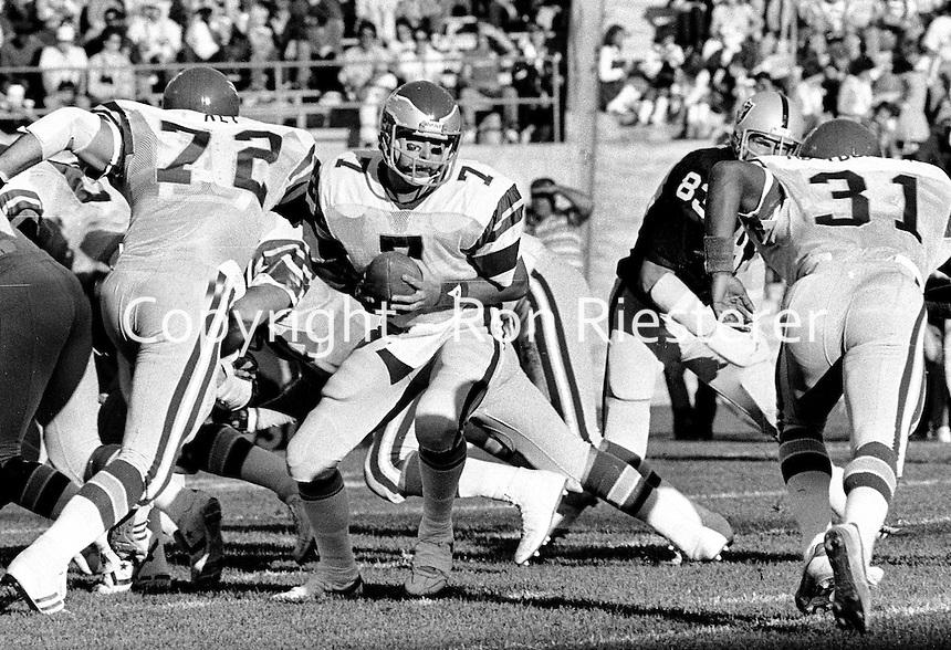 Philadelphia Eagles quarterback Ron Jaworski ready to hand off against the Raiders. (1980 photo/Ron Riesterer)