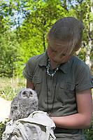 Mädchen, Kind mit Waldkauz - Küken, Wald-Kauz, Kauz, Strix aluco, Tawny Owl, Chouette hulotte