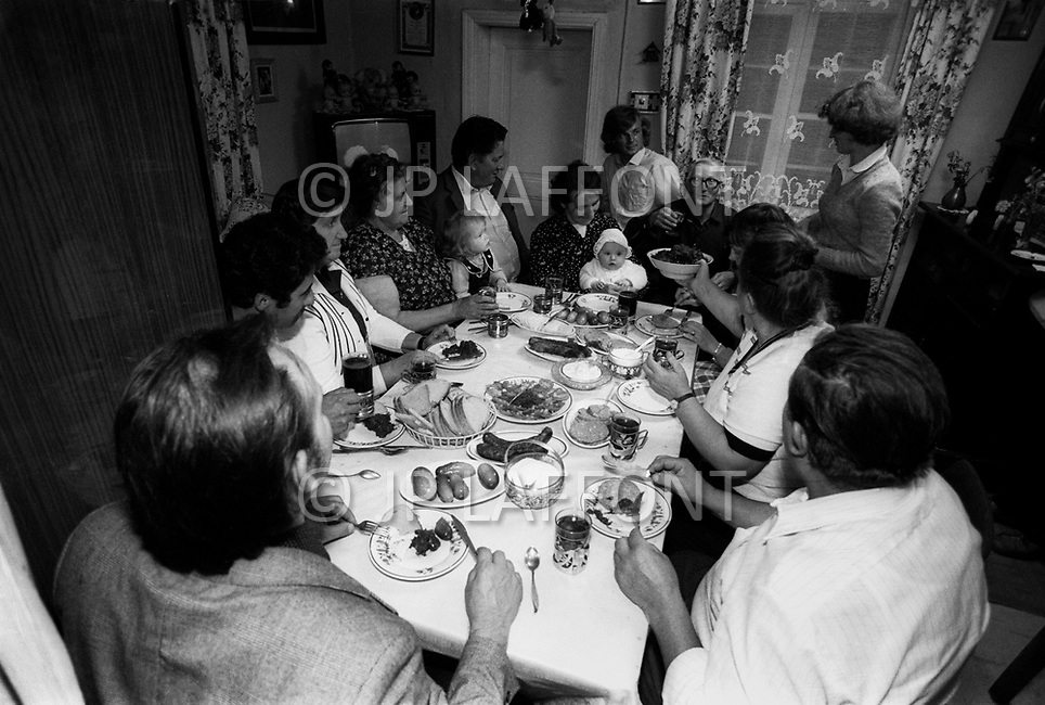 Poland, September, 1981 - In Golebiewo, about 25km South of Gdansk, a family sits down to a reunion lunch on a Sunday afternoon. Since no one person had enough to feed everyone, each person brought some food to share.<br /> Pologne, septembre 1981 - A Golebiewo, &agrave; 25km au sud de Gdansk, une famille a son repas dominical. Chacun a apport&eacute; ce qu&rsquo;il a pu pour contribuer &agrave; am&eacute;liorer le menu.