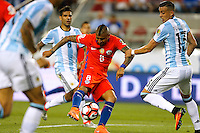 Futbol, Argentina v Chile.<br /> Copa America Centenario 2016.<br /> El jugador de la seleccion chilena Arturo Vidal, centro, disputa el balon con Ramiro Funes Mori de Argentina durante el partido del grupo D de la Copa Centenario en el estadio Levi's de Santa Clara, Estados Unidos.<br /> 06/06/2016<br /> Andres Pina/Photosport*********<br /> <br /> Football, Argentina v Chile.<br /> Copa America Centenario Championship 2016.<br /> Chile's player Arturo Vidal, center, battles for the ball against Ramiro Funes Mori of Argentina during the Copa Centenario Chmpionship football match at the Levi's Stadium in Santa Clara, United States.<br /> 06/06/2016<br /> Andres Pina/Photosport