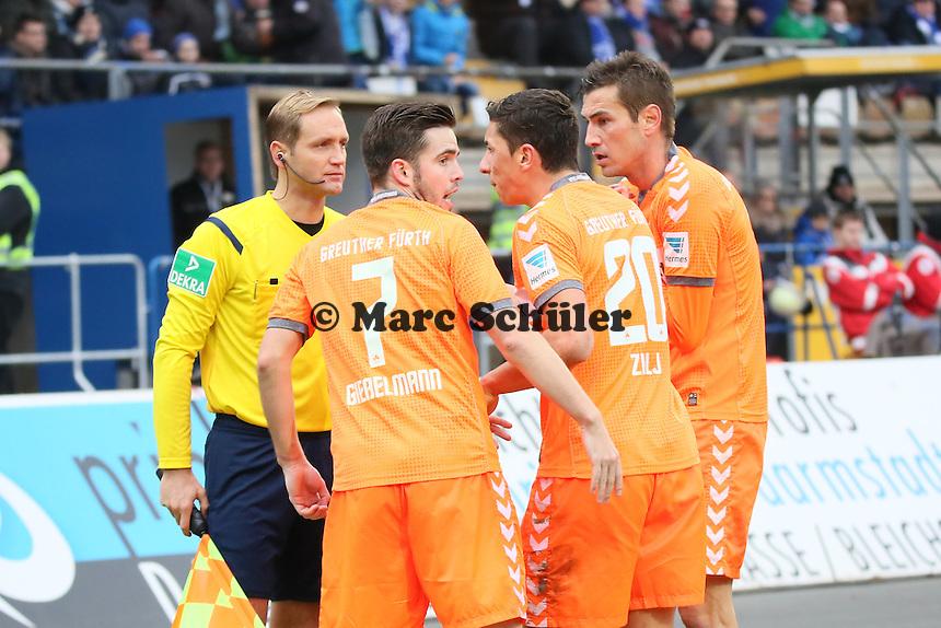 Fuerth kann das aberkannte Tor nicht fassen, Goran Sukalo und Niko Gießelmann beschweren sich bei Thomas Münch - SV Darmstadt 98 vs. SpVgg. Greuther Fuerth, Stadion am Boellenfalltor