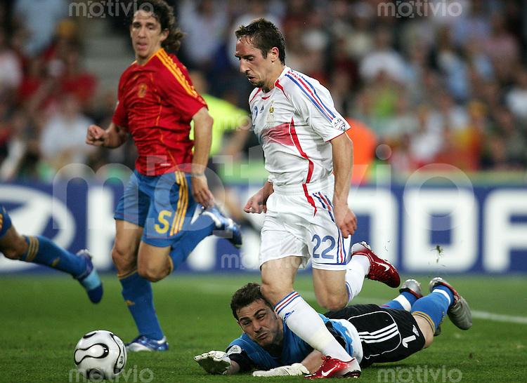Fussball WM 2006  Achtefinale  Spiel 56 Spanien - Frankreich Spain - France  Torhueter Iker CASILLAS (M) muss unter den Augen von Carlos PUYOL (l, beide ESP) Frank RIBERY (FRA) auf dem Weg zum 1:1 ziehen lassen.