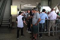 RIO DE JANEIRO; RJ; 29 DE MAIO 2013 -  No dia da abertura da retirada dos centros de ingressos  para a Copa das Confederações da FIFA começaram as filas de torcedores que agendaram para retirá-los na Cidade das Artes um dos três pontos para retirada no Rio de Janeiro nesta quarta-feira 29. FOTO: NÉSTOR J. BEREMBLUM - BRAZIL PHOTO PRESS.