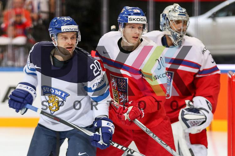 Finnlands Personen, Janne (Nr.20)(Skelleftea AIK) im Zweikampf mit Tschechiens Krejcik, Jakub (Nr.30)(Orebro HK) vor Tschechiens Pavelec, Ondrej (Nr.31)(Winnipeg Jets)  im Spiel IIHF WC15 Czech Republic vs. Finland.<br /> <br /> Foto &copy; P-I-X.org *** Foto ist honorarpflichtig! *** Auf Anfrage in hoeherer Qualitaet/Aufloesung. Belegexemplar erbeten. Veroeffentlichung ausschliesslich fuer journalistisch-publizistische Zwecke. For editorial use only.