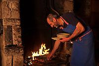 Europe/France/Rhône-Alpes/74/Haute-Savoie/Le Grand-Bornand:  Albert Bonamy cuit l'agneau à la cheminée  , Restaurant: La Ferme de Lormay dans la  Vallée du Bouchet  [Non destiné à un usage publicitaire - Not intended for an advertising use]