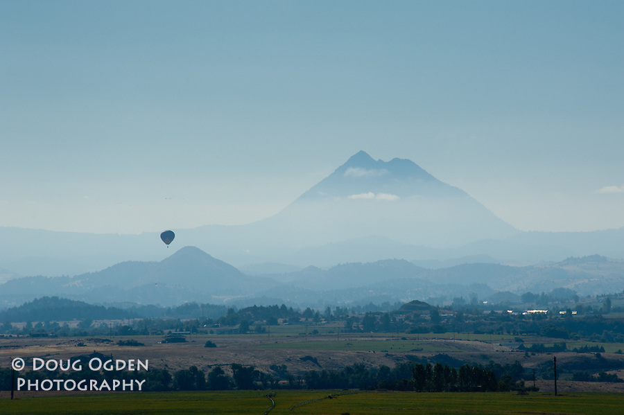 Hot air ballon in front of Eddy Mount, near Shasta, California