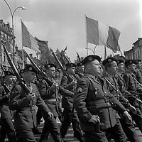 Le 13 Mai 1962. Vue d'un défilé d'un groupe de militaires sur la place Jeanne d'Arc.