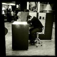 Mitarbeiter eines Duty Free-Shops auf dem Flughafen von Kairo morgens um 6 Uhr.<br /> 20.12.2014, Kairo/Aegypten<br /> Copyright: Christian-Ditsch.de<br /> [Inhaltsveraendernde Manipulation des Fotos nur nach ausdruecklicher Genehmigung des Fotografen. Vereinbarungen ueber Abtretung von Persoenlichkeitsrechten/Model Release der abgebildeten Person/Personen liegen nicht vor. NO MODEL RELEASE! Nur fuer Redaktionelle Zwecke. Don't publish without copyright Christian-Ditsch.de, Veroeffentlichung nur mit Fotografennennung, sowie gegen Honorar, MwSt. und Beleg. Konto: I N G - D i B a, IBAN DE58500105175400192269, BIC INGDDEFFXXX, Kontakt: post@christian-ditsch.de<br /> Bei der Bearbeitung der Dateiinformationen darf die Urheberkennzeichnung in den EXIF- und  IPTC-Daten nicht entfernt werden, diese sind in digitalen Medien nach &sect;95c UrhG rechtlich geschuetzt. Der Urhebervermerk wird gemaess &sect;13 UrhG verlangt.]