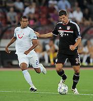 FUSSBALL   CHAMPIONS LEAGUE   SAISON 2011/2012  Qualifikation  23.08.2011 FC Zuerich - FC Bayern Muenchen Mario Gomez (re, FC Bayern Muenchen) auf dem Weg zum Tor zum 0-1 gegen Heinz Barmettler (FC Zuerich)