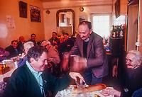 Europe/France/Nouvelle Aquitaine/23/Creuse/La Chapelle-Taillefert:  Victor Lanoux lapres  la  pche de son étang, mange chez La Maria  qui tient un restaurant fermier à Lépine (commune de Gentioux Pigerolles - mort  récemment (4 mai 2017)<br /> PHOTO D'ARCHIVES // ARCHIVAL IMAGES<br /> FRANCE 1990