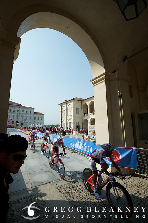 150 meters after the start, the teams had to negotiate a cobbled archway.