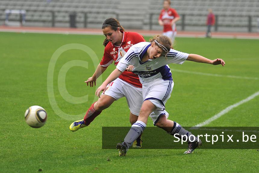 RSC Anderlecht Dames - Standard Femina de Liege : .Vanity Lewerissa in duel met .Laura Deloose.foto JOKE VUYLSTEKE / Vrouwenteam.be