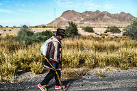 A man older than a hat and tennis court and who carries with us. Walk several kilometers from 12th street or Miguel Aleman settlement on both sides of the asphalt, heading towards Kino Bay and Hermosillo in search of materials that sell or are of use.<br /> (Photo: Luis Gutierrez /NortePhoto.com)<br />  <br /> Un hombre mayor que una pista de sombrero y tenis y que lleva con nosotros. Camina varios kilómetros de la calle doce o poblado Miguel Alemán hacia ambos sentidos del asfalto, rumbo bahía de kino y Hermosillo en busca de materiales que vendan o sean de su utilidad.<br /> (Foto: Luis Gutierrez /NortePhoto.com)