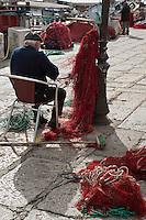 Europe/France/2A/Corse du Sud/Ajaccio:  Sur le port de pêche,les pêcheurs ravaudent les filets de pêche