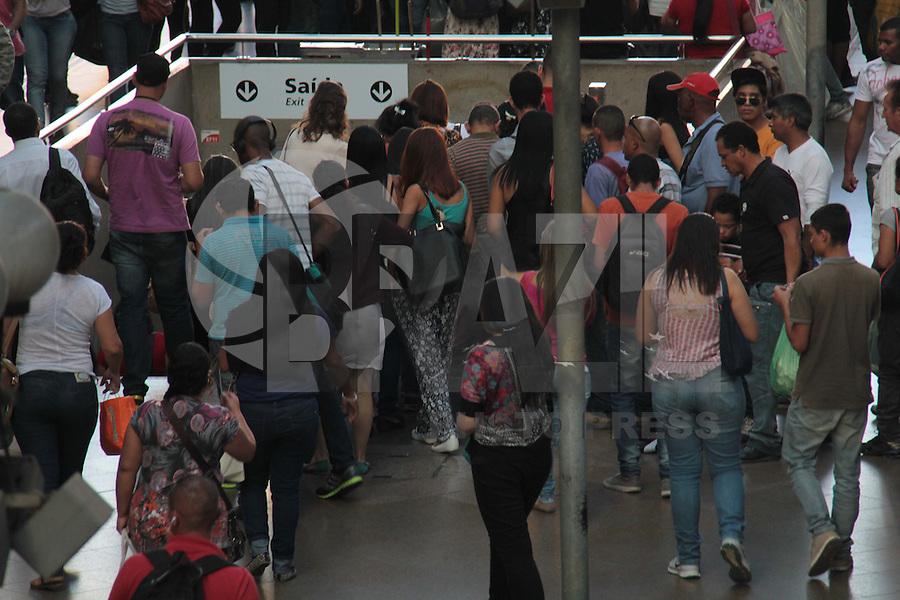 SÃO PAULO, SP, 10.06.2015 - TRANSPORTE-SP - Movimentação de passageiros na estação Luz da CPTM na região central de São Paulo, na tarde desta quarta-feira, 10.(Foto: Marcio Ribeiro / Brazil Photo Press)