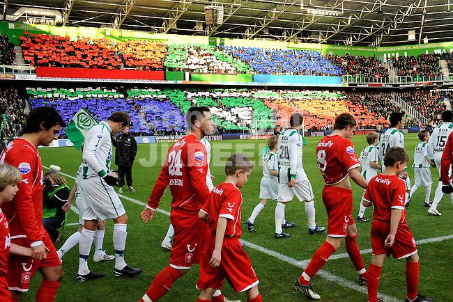 voetbal fc groningen - fc twente eredivisie seizoen 2008-2009 14-12-2008  opkomst spelers met sfeeraktie. fotograaf jan kanning. . .