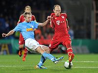 Fussball DFB Pokal:  Saison   2011/2012  Achtelfinale  20.12.2011 VfL Bochum - FC Bayern Muenchen  Bjoern Kopplin (li, VfL Bochum) gegen Arjen Robben (FC Bayern Muenchen)