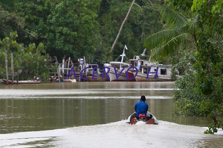 Eleições 2014.<br /> Ribeirinhos chegam de canoas, rabetas e barcos a 76 zona eleitoral na região das ilhas .<br /> Belém, Pará, Brasil.<br /> Foto Paulo Santos<br /> 05/10/2014