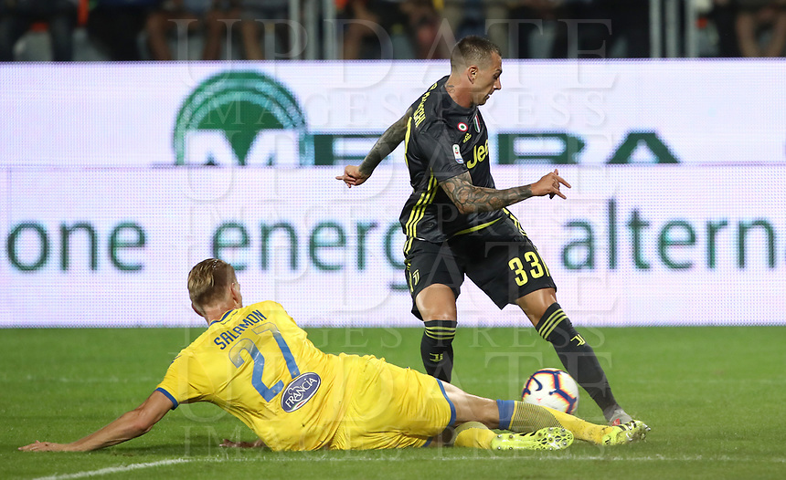 Calcio, Serie A: Frosinone-Juventus, Benito Stirpe stadium, Frosinone, September 23, 2018. <br /> Juventus' Federico Bernardeschi (r) in action with Frosinone's Bartosz Salomon (l) during the Italian Serie A football match between Frosinone and Juventus at Frosinone stadium on September 23, 2018.<br /> UPDATE IMAGES PRESS/Isabella Bonotto
