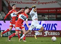 KV KORTRIJK - SV ZULTE WAREGEM :<br /> Theo Bongonda (R) snelt voorbij Hannes Van Der Bruggen (M) en Larry Azouni (L)<br /> <br /> Foto VDB / Bart Vandenbroucke